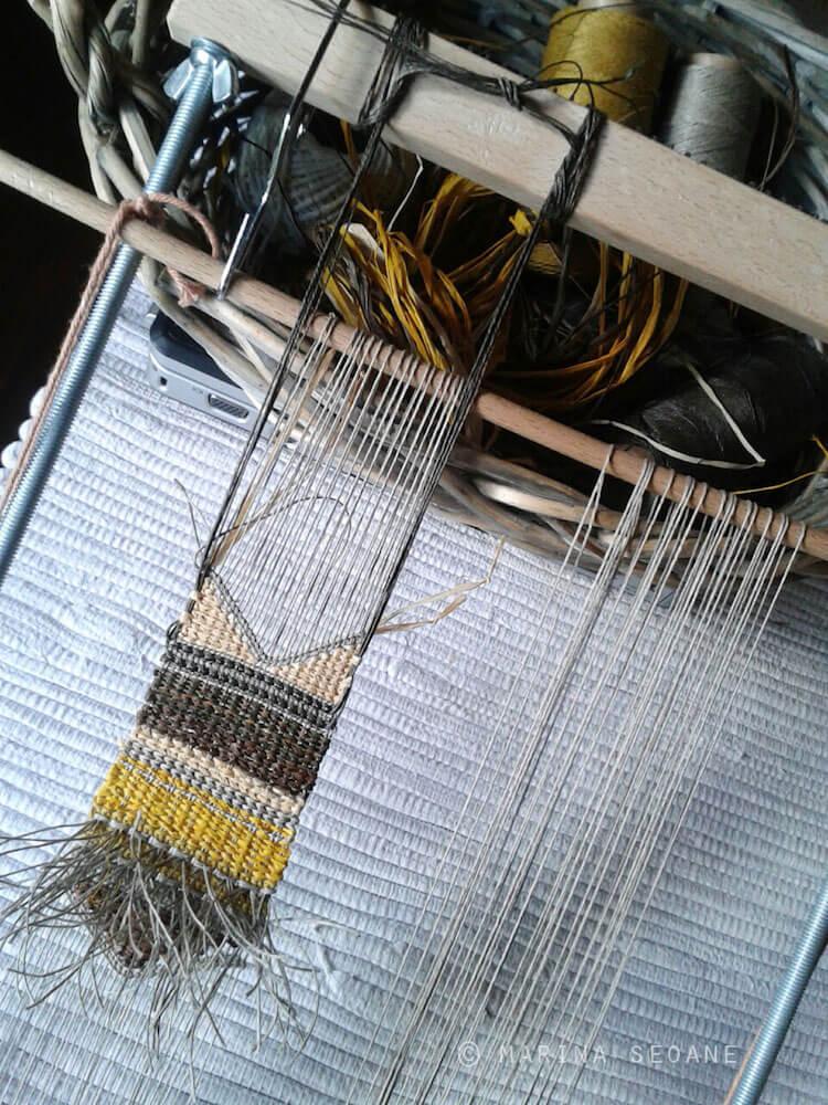 fabricación collar joyería textil en bastidor