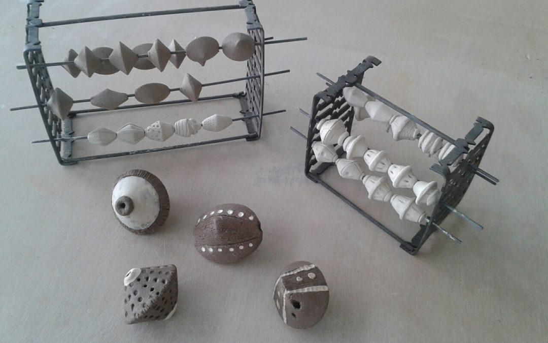 Haciendo piezas de cerámica para colgantes y pendientes