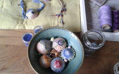 Realizando piezas de cerámica para colgantes y pendientes-2