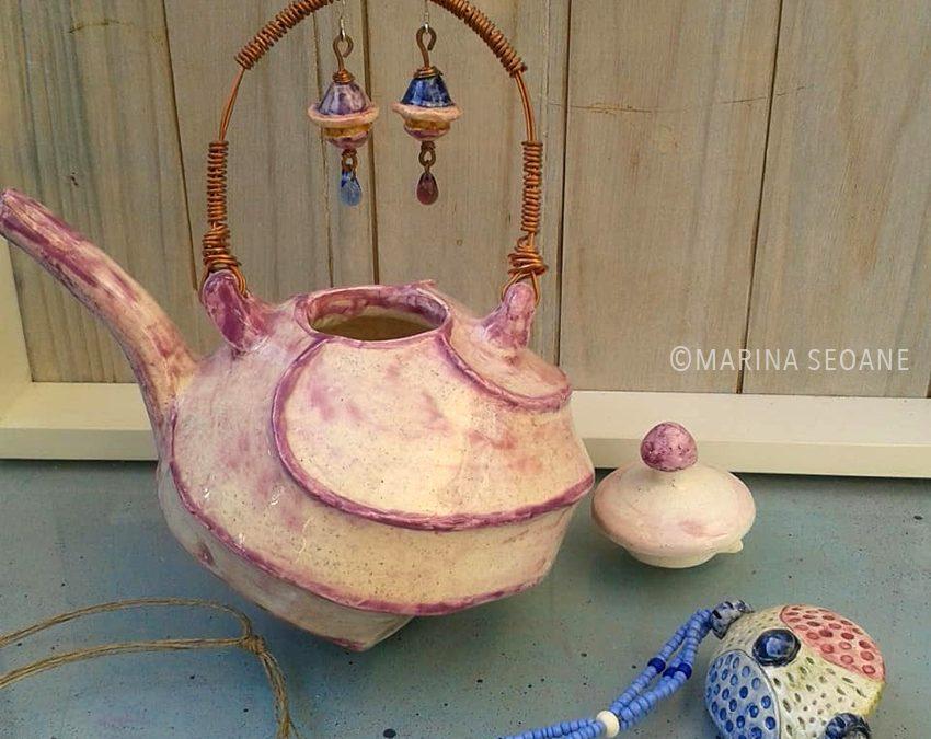 Montando pendientes con las piezas de cerámica.