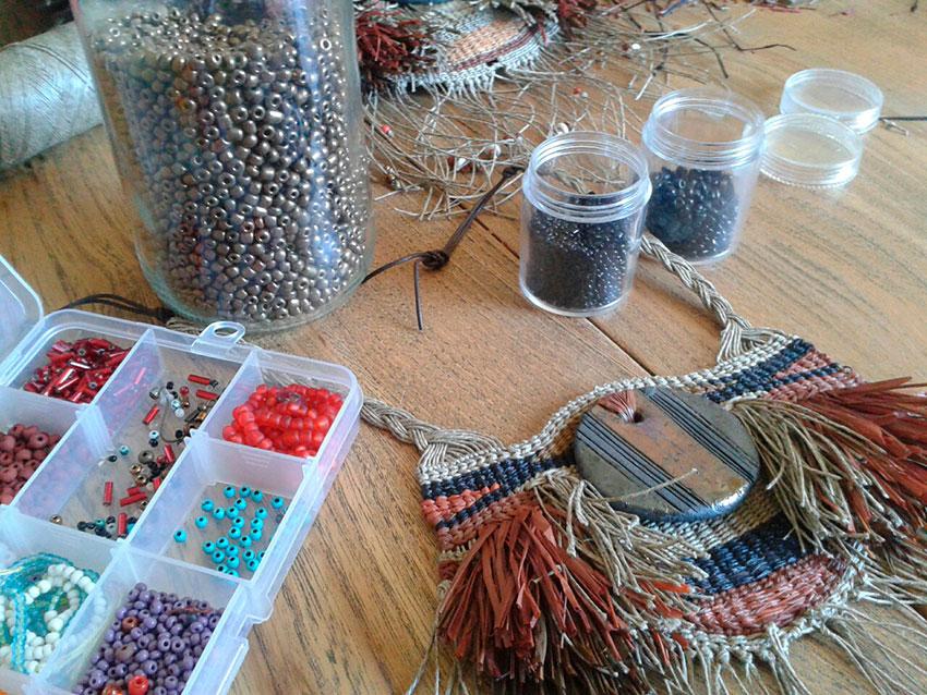 Nuevos collares textiles con las piezas realizadas en el taller de Raku.